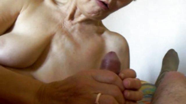热的同性恋身体建设者的老奶奶大奶
